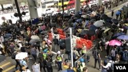 """数以千计示威者参与""""香港国际机场交通压力测试""""行动,一度堵塞机场巴士总站。 (2019年9月1日)"""