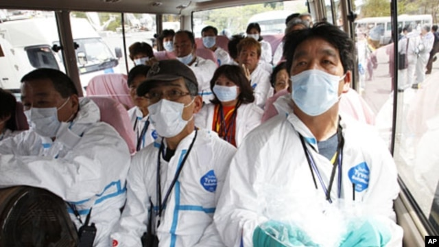 Japanese evacuees prepare for a brief return to their homes near the crippled Fukushima Daiichi Nuclear Power Plant, May 10, 2011 (file photo).