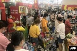 中国湖北武汉市民担心再度封城,涌入超市购物。(2021年8月2日)