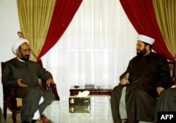 Una imagen sin fecha muestra al miembro principal del consejo político de Hezbolá, Muhammad Kawtharani (izquierda), y un jefe del grupo sunita musulmán Tawhid, Sheikh Bilal Shaaban, durante una reunión entre los dos clérigos a principios del 2000.
