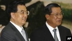 PM Kamboja Hun Sen (kanan) dan Presiden Tiongkok Hu Jintao, dalam pertemuan di Phnom Penh. Penahanan warga Prancis oleh Kamboja atas permintaan Tiongkok, tak dapat dipungkiri merupakan cerminan besarnya ketergantungan Kamboja pada Beijing.