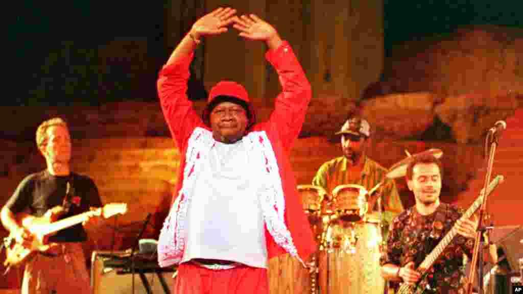 L'artiste Papa Wemba danse sur la scene du Festival International de Baalbek au Liban