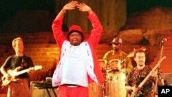 """Papa Wemba, """"le roi de la rumba"""" est mort à la suite d'un malaise alors qu'il était sur scène à Abidjan en Côte d'Ivoire."""