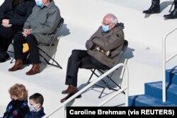 Senator AS Bernie Sanders duduk menjaga jarak saat menghadiri Pelantikan Presiden Joe Biden di Front Barat Capitol AS di Washington, AS, 20 Januari 2021. (Foto: Caroline Brehman via Reuters)