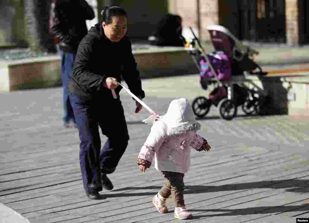 مجوزہ پالیسی کے مطابق اب ہر شادی شدہ جوڑا دو بچے پیدا کرسکتے ہیں۔
