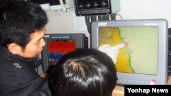 지난 2월 북한 핵실험 이후 한국 속초해양경찰서 직원들이 전파교란 등 북한의 추가도발에 대비해 GPS와 통신장비를 점검하고 있다.