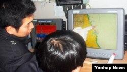 한국 속초해양경찰서가 북한 핵실험 이후 우려되는 사이버테러와 같은 추가도발에 대비해 GPS와 통신장비 점검에 나선 가운데 14일 직원들이 경비함정의 장비를 점검하고 있다.