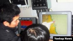 지난 2월 한국 속초해양경찰서 직원들이 북한 도발에 대비해 GPS와 통신장비를 점검하고 있다. (자료사진)