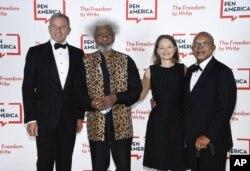 جودی فاستر، بازیگر و کارگردان برجسته در کنار محقق برجسته هنری لوئیس گیتز، برنده جایزه انجمن قلم