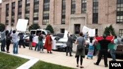 在緬甸總統吳登盛訪問美國之音華盛頓總部的期間,一小群抗議人士在美國之音大樓外面呼籲緬甸給予少數民族的權利