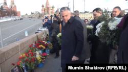 Посол США Джон Хантсман у мемориала на месте убийства Бориса Немцова