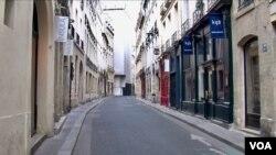 A deserted street is seen in Paris' Latin Quarter under lockdown. (Lisa Bryant/VOA)