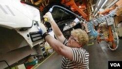 Seorang pekerja sedang merakit mobil di pabrik General Motors (Foto: dok).