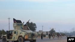 Les forces pro-gouvernementales irakiennes montent la garde sur une route au cours d'une opération d'envergure contre les combattants de l'État islamiques pour reprendre la ville et les zones autour de Saadiya, au nord-est de Bagdad dans la province de Diyala, le 23 novembre 2014. AFP PHOTO/ YOUNIS AL-BAYATI