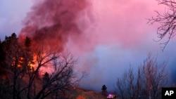 Las autoridades dijeron que el pequeño incendio forestal que arde en las montañas obligó a la gente a abandonar sus hogares y llenó el cielo de humo.