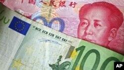 100위안 지폐 위에 놓인 100유로 지폐.