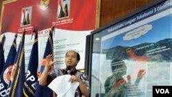 Kepala Pusat Data Informasi dan Humas Badan Nasional Penanggulangan Bencana (BNPB) Sutopo Purwo Nugroho saat menjelaskan daerah rawan bencana di Indonesia, dalam jumpa pers hari Rabu (2/1). (Foto: dok)