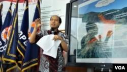 Kepala Pusat Data Informasi dan Humas Badan Nasional Penanggulangan Bencana (BNPB) Sutopo Purwo Nugroho menjelaskan daerah rawan bencana di Indonesia, dalam jumpa pers hari Rabu (2/1). (VOA/Fathiyah)