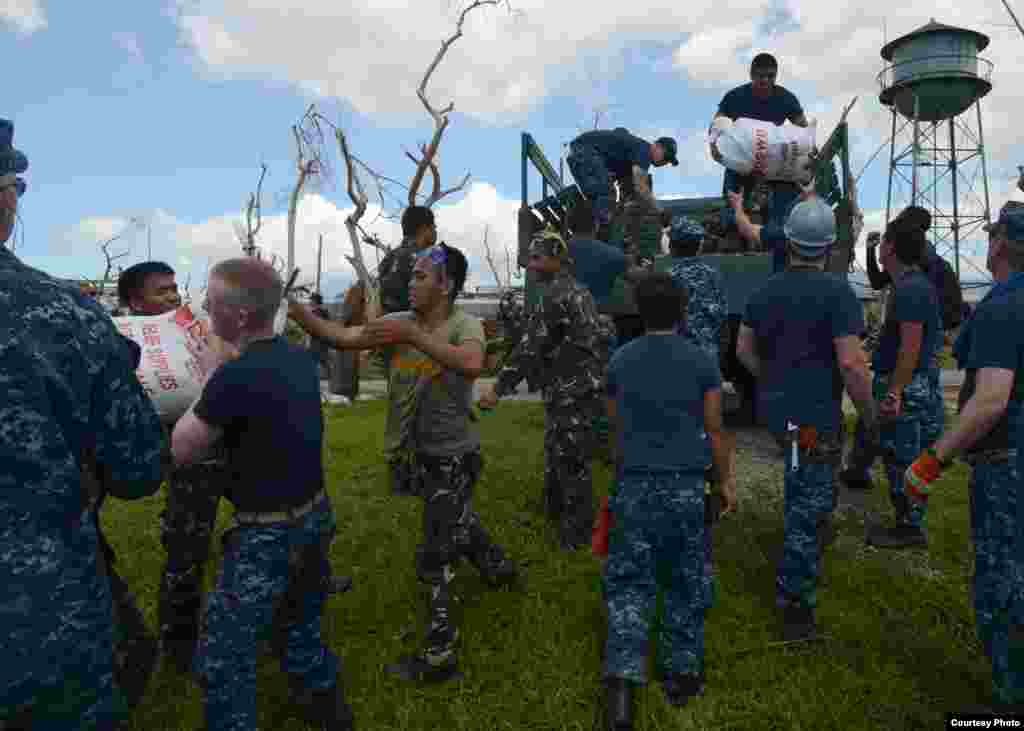 U.S. sailors work with Philippine armed forces members to transport relief supplies in Ormoc City, Philippines, Nov. 18, 2013. (U.S. Navy)