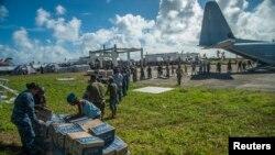 17일 필리핀 태풍 피해지역인 구이우안에서 미 해군 소속 군인들이 구호물자를 지급하고 있다.