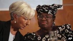 La directrice du FMI Christine Lagarde, à gauche, et la ministre des Finances nigériane Ngozi Okonjo-Iweala lors d'une table ronde avec des dirigeants d'entreprises nigérianes à Lagos, au Nigeria, le 20 décembre 2011. (AP Photo/Sunday Alamba)