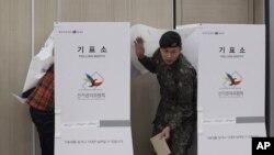 국회의원 선거가 열린 지난 2016년 4월 시민들이 서울의 한 투표소에서 투표하고 있다. (자료사진)