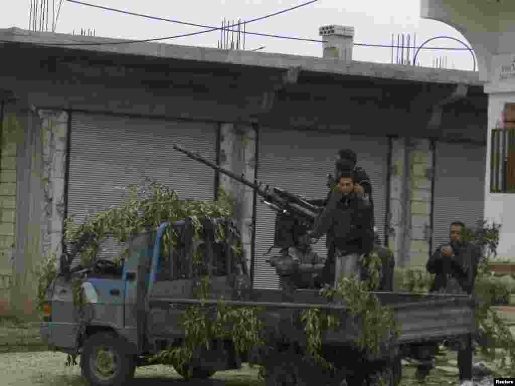 شام کے فوجی اپنی پوزیشن سنبھالے ہوئے ہیں