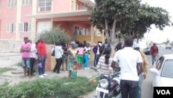 Jovens excluídos das assembleias de voto, em protesto diante da Comissão Eleitoral provincial do Namibe