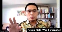 Direktur Eksekutif CORE Indonesia, Mohammad Faisal dalam sebuah webinar. (Foto: screenshoot/Petrus Riski-VOA)