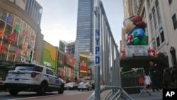 """Pagar pembatas pengunjung terlihat berada di sekitar Macy's saat persiapan menjelang pelaksanaan """"Macy's Thanksgiving Day Parade"""" di New York, 23 November 2016 (AP Photo/Bebeto Matthews)."""