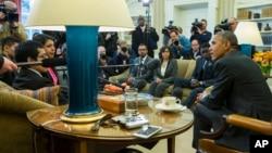 """Президент Обама зустрічається із групою """"мрійників"""" - група молодих іммігрантів, які прибули до США нелегально у дитячому віці."""