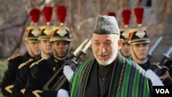 Presiden Afghanistan Hamid Karzai mendapat sambutan kehormatan dalam kunjungan di Paris (27/1).