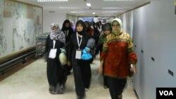 Para TKI Overstayer tiba di Terminal Dua TKI Lounge Bandara Soekarno Hatta hari Minggu 10/11 (foto: Andylala/VOA).