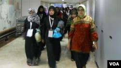 Para TKI tiba di Terminal Dua TKI Lounge Bandara Soekarno Hatta (foto dok: Andylala/VOA).