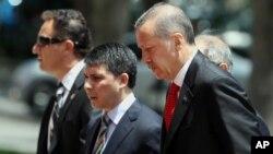 Turkiya Bosh vaziri Rajab Toyip Erdog'an Vazirlar mahkamasi majlisiga yo'l olmoqda, 25-iyun, 2012-yil.