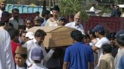 گروهی از فرقه احمدی در حال دفن یکی از اعضای فرقه خود