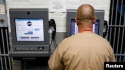 Napi Steven Goff menghubungkan perangkat tablet JPay-nya ke kios di dalam Penjara Negara Bagian East Jersey di Rahway, New Jersey, AS, 12 Juli 2018. (REUTERS/Brendan McDermid)