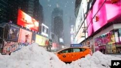 Un taxi passe par Times Square, New York, le 14 mars 2017