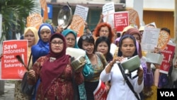 Para perempuan melakukan long march dalam aksi 'Cuci Bersih Korupsi', sambil membunyikan panci-panci menuju nDalem Jayadipuran di Yogyakarta, Minggu sore, 8/3 (foto: VOA/Munarsih).