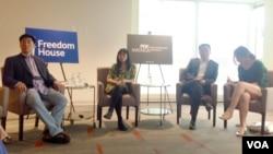 2015年5月28日,鮑樸、郭小櫓和慕容雪村及翻譯(從左至右)在華盛頓談中國的言論自由和內容審查。 (美國之音海倫拍攝)