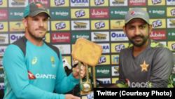 پاکستانی کپتان سرفراز احمد اور آسٹریلوی کپتان ایرون فنچ ٹرافی کو تھامے ہوئے ہیں۔