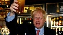 Pemimpin partai konservatif Inggris, Boris Johnson saat mengunjungi sebuah bar di London.