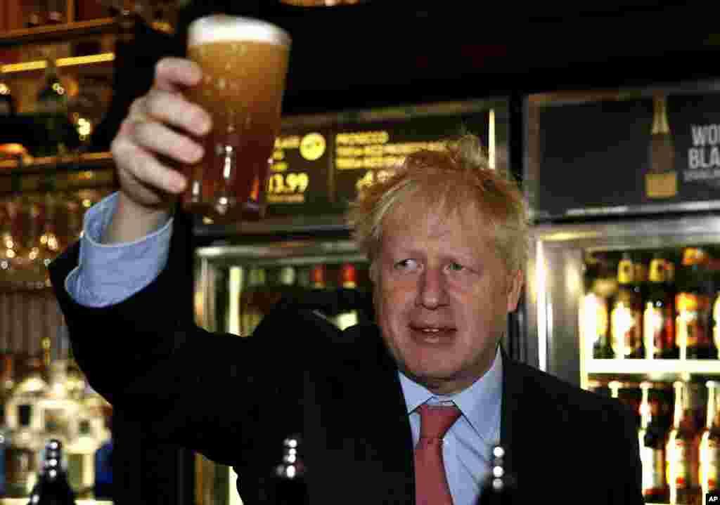 بوریس جانسون یکی از دو گزینه احتمالی نخست وزیری بریتانیا در حاشیه یک مهمانی حزب محافظه کار، لیوان آبجوی خود را بالا برده است.