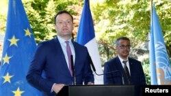 Menteri Kesehatan Federal Jerman Jens Spahn, didampingi Tedros Adhanom Ghebreyesus, Direktur Jenderal Organisasi Kesehatan Dunia (WHO), dalam konferensi pers di Jenewa, Swiss, 25 Juni 2020.