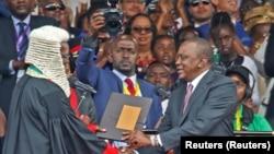 Rais Uhuru Kenyatta akipongezwa na Jaji Mkuu David Maraga baada ya kuapishwa Nairobi, Kenya Novemba 28, 2017. REUTERS/Baz Ratner