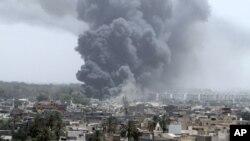 聯軍空襲卡扎菲大院後濃煙昇起(資料圖片)
