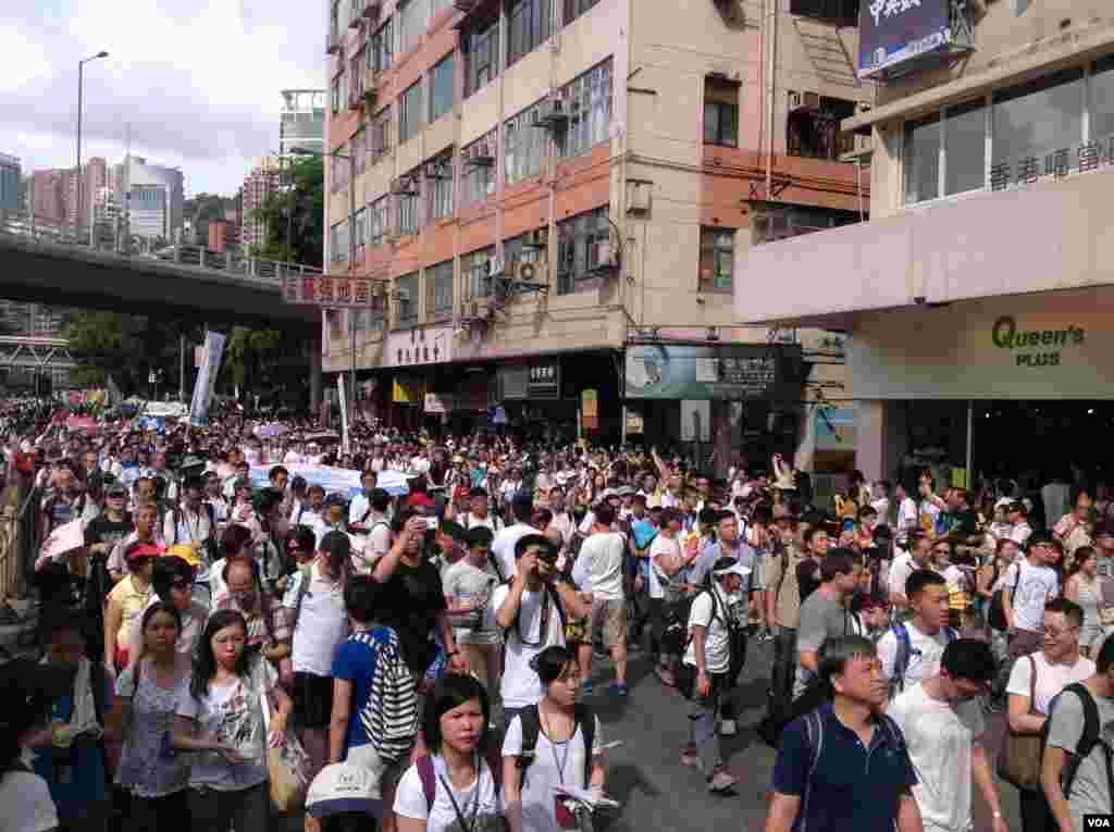 今天是香港回归17周年纪念日,在官方和亲北京团体举行各种庆祝活动的同时,几十万市民下午冒着高温走上街头,参加七一大游行(美国之音海彦拍摄)