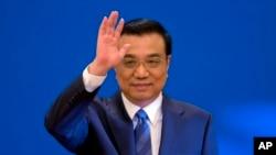 리커창 총리가 지난 3월 제12기 전국인민대표대회 폐막 이후 베이징 인민대회당 기자회견장에 들어서며 인사를 하고 있다. (자료사진)