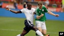 Tiền đạo Jozy Altidore (17) của đội Mỹ tranh bóng với hậu vệ Ðức Marcell Jansen (7) trong trận giao hữu quốc tế trên sân vận động RFK ở Washington, ngày 2/6/2013.