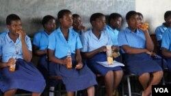 Anak perempuan Malawi beristirahat sejenak seusai mengikuti kegiatan di Klub Anak Perempuan (Girl's Club) di Mulanje, Malawi. (Photo: VOA/Lameck Masina).